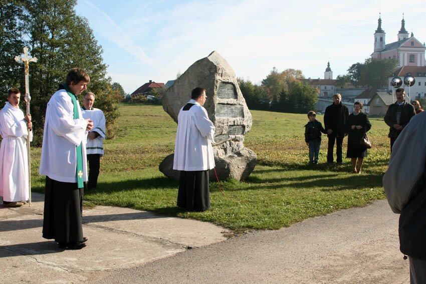 ks. Tadeusz przy obelisku ku czci Jana Pawła II